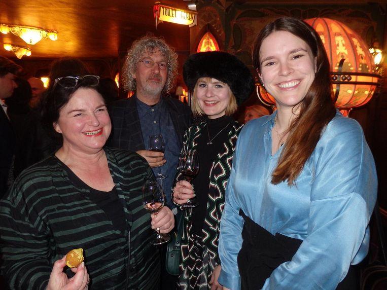 Beeldhouwer Mary Kuiper, producer Attie Bauw, interieurontwerper Kim Lantwaard en schrijfster Alma Mathijsen. Gewoon, in het wild Beeld Schuim