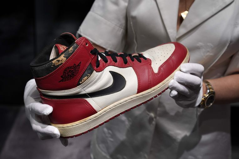 Een van de gedragen schoenen door Michael Jordan, die voor meer dan een half miljoen onder de hamer gingen.  Beeld AFP