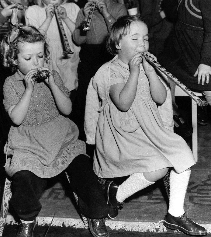 Prinses Christina temidden van kinderen, die na hun evacuatie uit het rampgebied tijdens de watersnood in 1953, op het Paleis Soestdijk door de koninklijke familie werden ontvangen.
