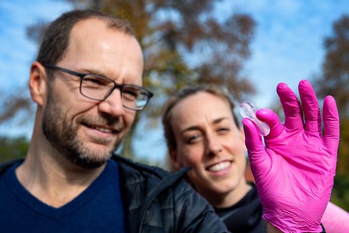 Directeur Alexander Vandevelde met het waterbolletje van oplosbaar zeewier, op de achtergrond Susan Krumins.