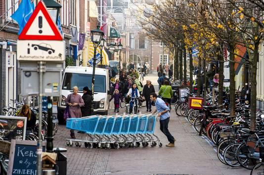Bij de 'entrees' van het voetgangersgebied zijn de pollers vervangen door camera's. Maar bij de Choorstraat staan ze nog.