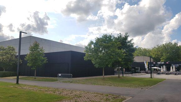Het dak van de sporthal van Eernegem krijgt een stevige oplapbeurt.