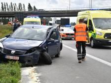 Auto eindigt in vangrail na tik op E19: bestuurster zwaargewond afgevoerd