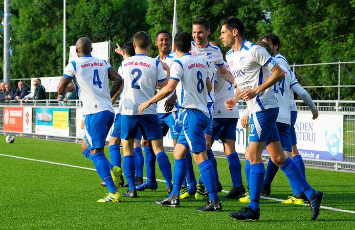 Sliedrecht viert de vroege 1-0 van Sjoerd van der Waal (voorgrond) tegen Roda'46.