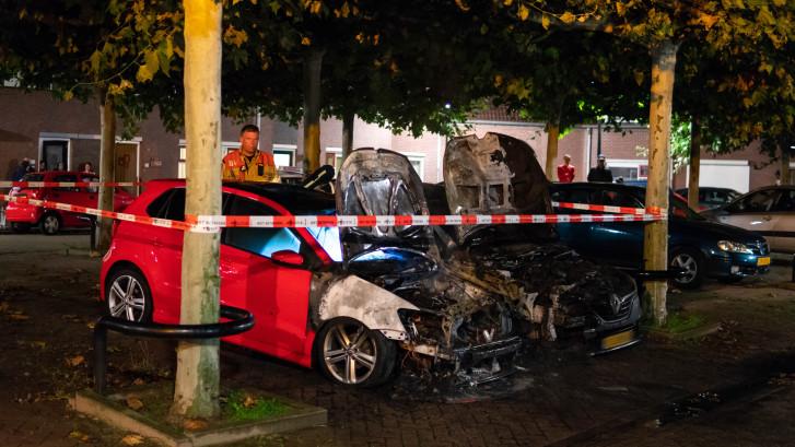 Auto nummer zes & zeven in brand in Deventer