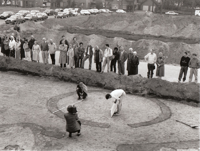 Werkers en kijkers. Dit soort foto's kon eind jaren '80 / begin jaren '90 met enige regelmaat in Someren worden geschoten. Actieve amateur-archeologen speurden bij elke nieuwe planuitwerking in de bodem naar sporen van vroegere bewoning. Met name de opgravingen in het plan Waterdael waren zeer succesvol. In 1987 werd daar al een bronzen everzwijntje gevonden, in 1991 sporen van een urnenveld (foto) en in 1992 een kringgreppel. Het urnenveld werd later in een pleinbestrating vastgelegd.