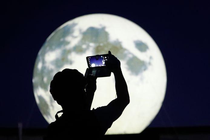 Des installations lumineuses en forme de pleine lune dans un parc de Séoul en Corée du Sud.