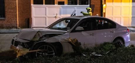 Bestuurder korte tijd spoorloos na botsing op boom in Raamsdonksveer, politie vindt lachgas in auto