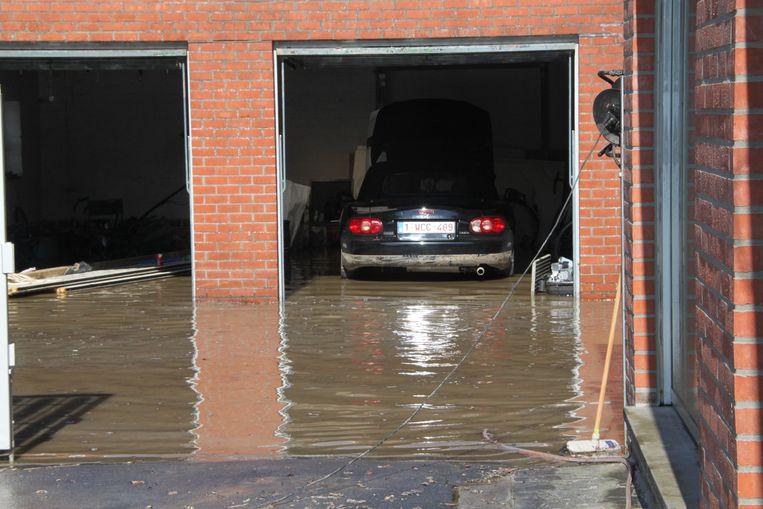 De garage liep twee keer onder water, waardoor de Mazda MX-5 rijp is voor de schroothoop.