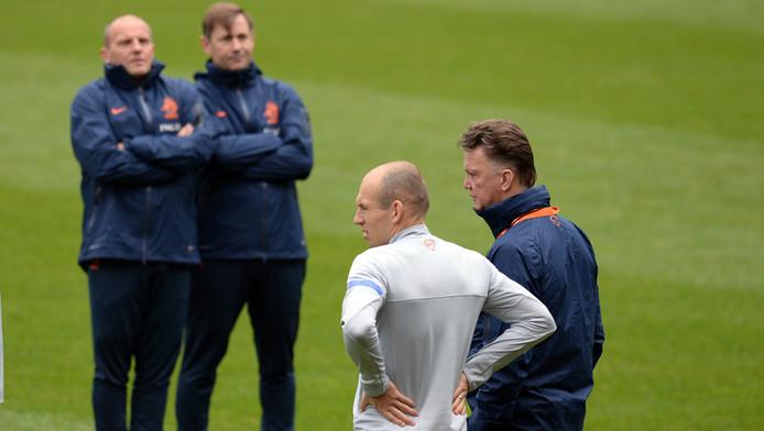 Louis van Gaal (r) neemt geen risico met zijn aanvoerder Arjen Robben (tweede van rechts).
