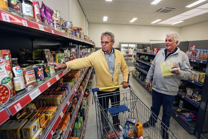 Bij de voedselbank in Zeist mogen mensen zelf kiezen wat ze meenemen.