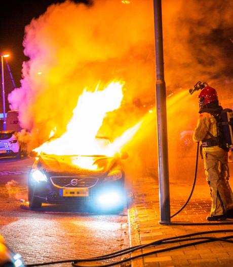 Straat in Eindhoven gewekt door autobrand: claxon van voertuig blijft afgaan