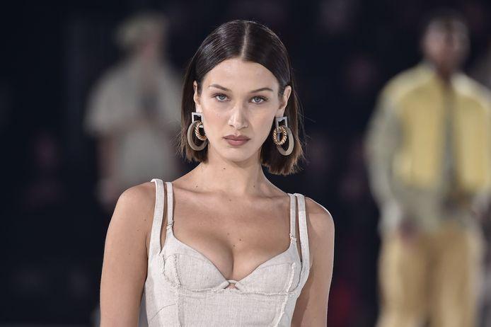 """Bella Hadid au Défilé de mode Haute-Couture printemps-été 2020 """"Jacquemus"""" à Paris."""
