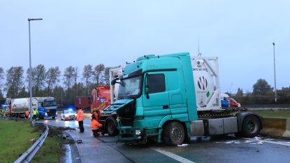 Geschaarde truck verspert R2 in Kallo
