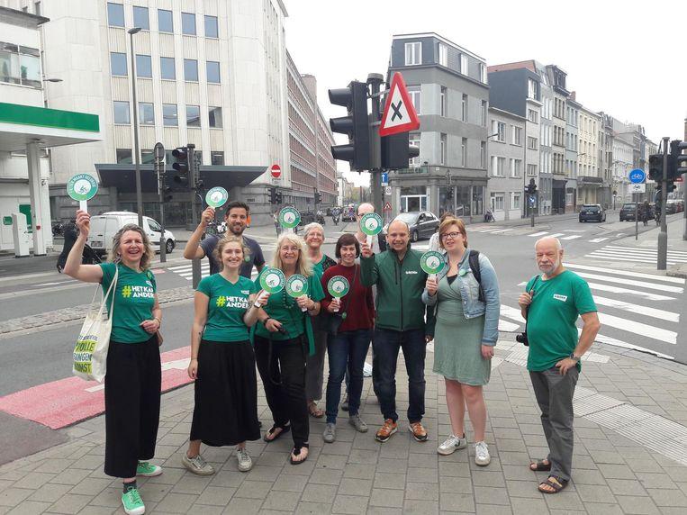 Leden van Groen voeren actie aan het kruispunt voor Den Bell.