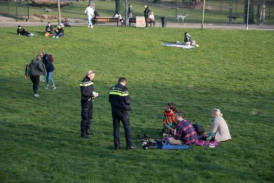 Eind maart werden al bonnen uitgeschreven aan jongeren op kleedjes in het Nijmeegse Kronenburgerpark. Nieuwe maatregelen waren toen net van kracht. Zij zaten te dicht bij elkaar.