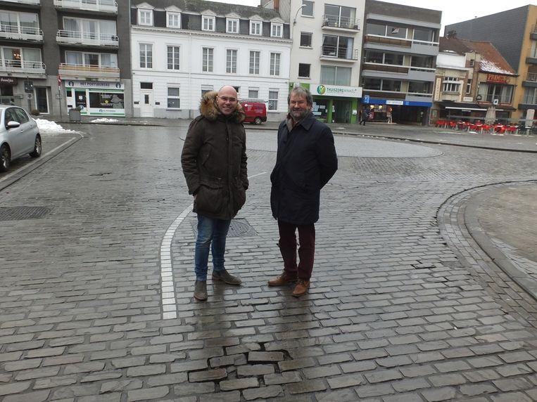 Schepen van Markten Bruno Dhaenens (Open Deinze) en schepen van Openbare Werken (CD&V) aan de rotonde ter hoogte van de Ramstraat.