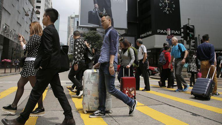 Chinese toeristen in het winkelgebied van Hongkong. Beeld ap