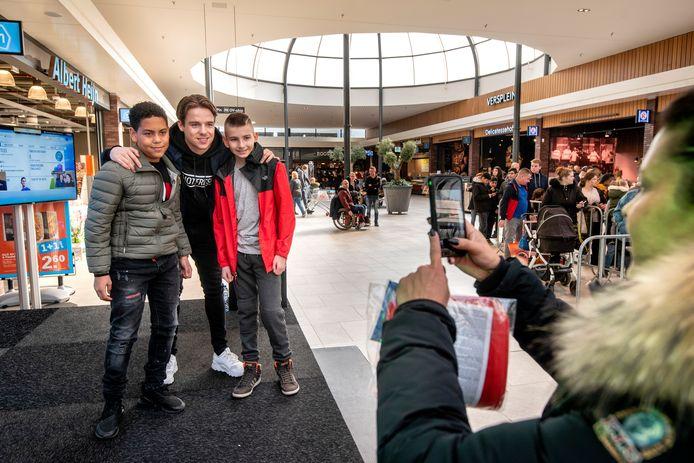 Iedereen wilde zaterdagmiddag in Winkelcentrum Presikhaaf in Arnhem op de foto met Koen Weijland. Hij staat bekend als een van de beste e-sporters (FIFA) van de wereld.