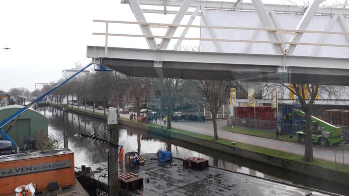 Het moment waarop de brug in Veghel op haar plek geplaatst wordt.
