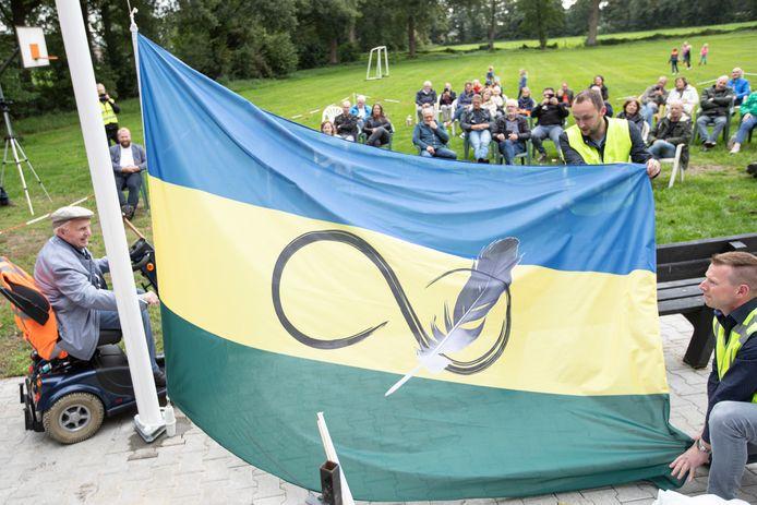 Hendrik-Jan Waterink, met zijn 96 jaar de oudste inwoner van Roke (zoals inwoners van Radewijk hun buurtschap in de streektaal noemen), hijst de vlag met PB-bestuursleden Guus Schepers en André Schutte (rechts).