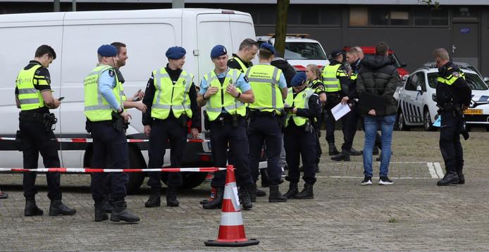 De Koninklijke Marechaussee en politie kwamen gezamenlijk in actie in Schiedam-Noord.