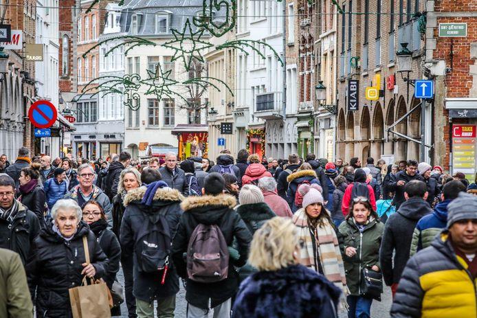 Wie dit weekend in de Steenstraat ging winkelen, was allesbehalve de enige.