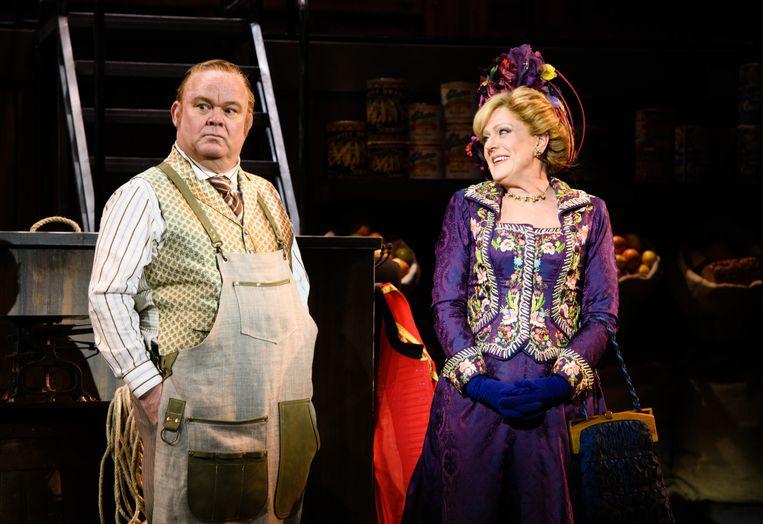De musical Hello, Dolly!, met Paul de Leeuw als Horcus en Simone Kleinsma als Dolly Beeld null