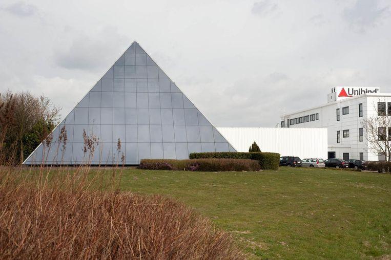 Het bedrijfsgebouw van Peleman met de glazen piramide.