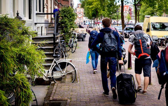 Amsterdam heeft inmiddels via de rechter bedongen dat het bedrijf de adressen van zijn huurders moet delen. Op deze manier heeft de hoofdstad zicht op welke inwoners er een woning of kamer te huur aanbieden. De Veluwe is nog niet zo ver.