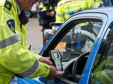 Drankrijder slingert over de weg met kinderen in de auto