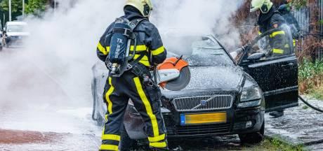 Auto vliegt in brand in Tilburg, wanneer handhaver eigenaar wil sommeren om het te verplaatsen