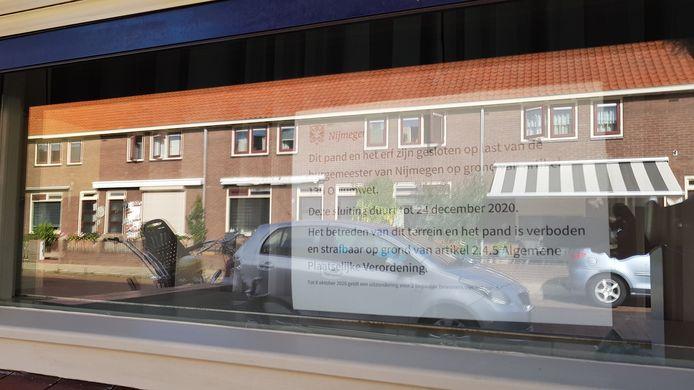 Het pamflet op het raam van de woning in de Lingestraat. Het pand is op last van burgemeester Bruls gesloten omdat er vanuit het huis werd gedeald.