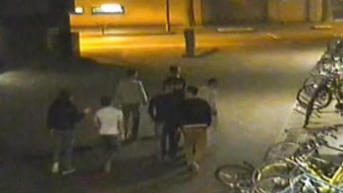 De van de mishandeling verdachte jongens op beeld van een beveiligingscamera.