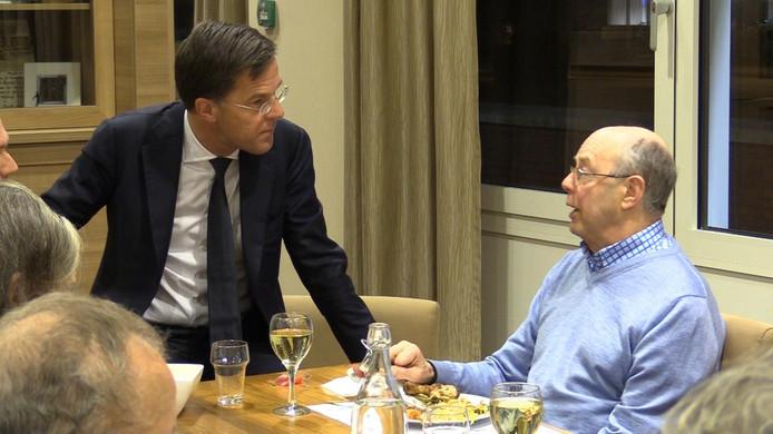 Mark Rutte ging maandagavond in gesprek met bewoners van zorgcentrum De Vijverhof in Capelle aan den IJssel.