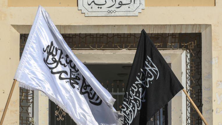 Radicale vlaggen aan een overheidsgebouw in Sidi Bouzid (archiefbeeld)