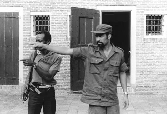 De Surinaamse machthebber Bouterse geeft in Fort Zeelandia, Paramaribo, aanwijzingen ten tijden van de staatsgreeppoging in 1982. Later dat jaar werden 15 tegenstanders van het regime vermoord op hetzelfde Fort Zeelandia.