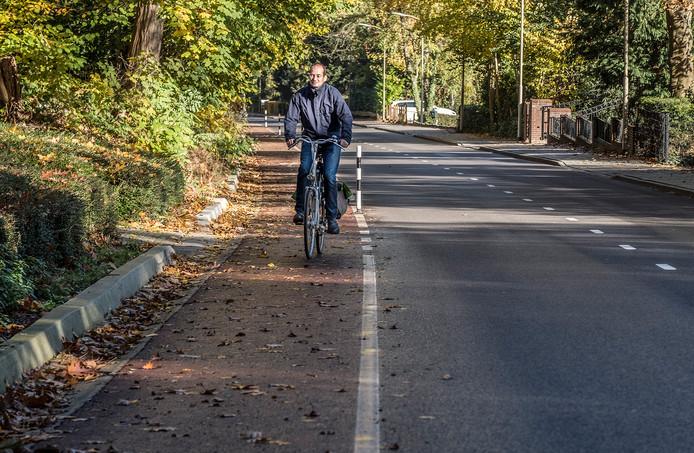 De Van Randwijckweg in Beek: te smal voor modern fietsverkeer?