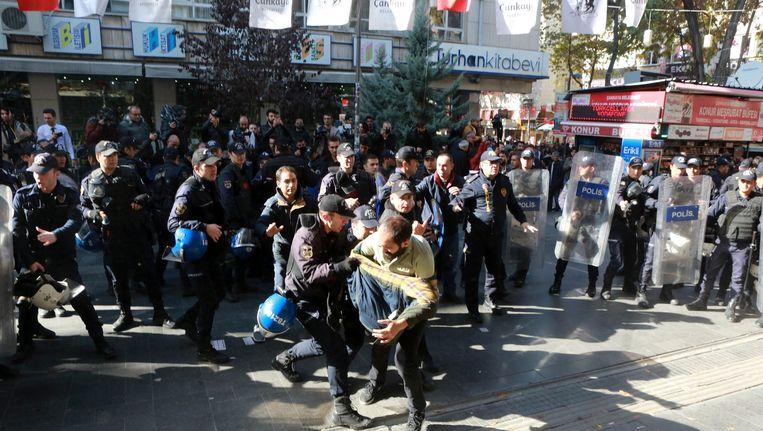 Turkse politie grijpt in als demonstranten protesteren tegen de arrestatie van de politici. Beeld AFP