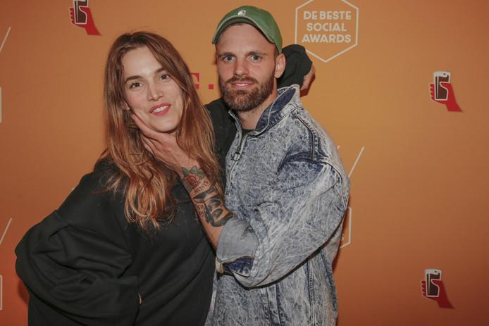 Lize Korpershoek samen met vriend Tim Hofman op de rode loper van de Beste Social Awards