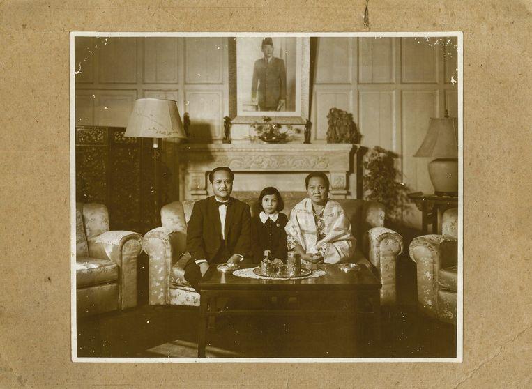 Emalia met haar ouders Sukarni Kartodiwirjo en Nursyiar Machmoed in de residentie van de ambassade van Indonesië in Peking, waar Sukarni Kartodiwirjo begin jaren zestig ambassadeur voor Indonesië was. Beeld Suzanne Liem