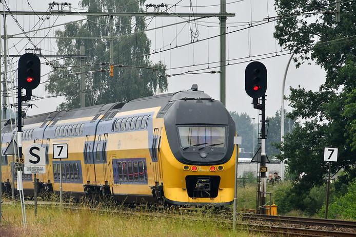 Een dubbeldekker van NS tussen Hengelo en Enschede