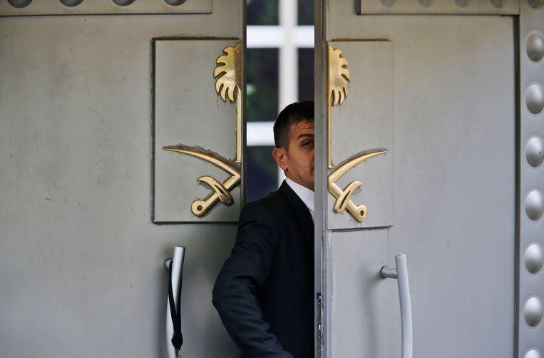 Een veiligheidsagent aan het Saoedische consulaat in Istanbul.