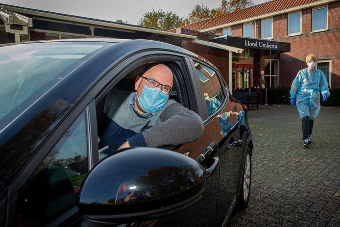 Restauranteigenaar Geert Sanders rijdt verpleegkundige Alien van Dam van en naar hulpbehoevende cliënten.
