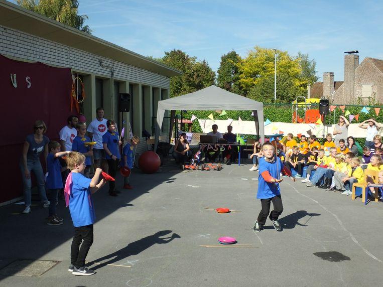 De leerlingen van De Veerboot in actie tijdens de circusshow.