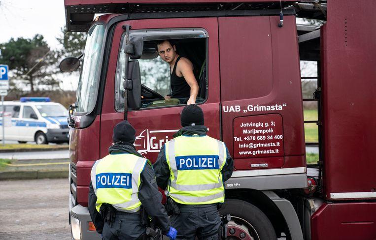 Duitse politie houdt een vrachtwagen aan bij de grens met Denemarken. Beeld EPA