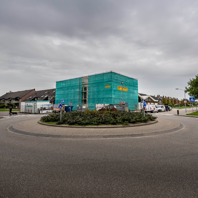 20180903 - Fijnaart - Foto: Tonny Presser/Pix4Profs -  voormalig supermarkt aan de nieuwe dorpsweg, volledig ingepakt voor verbouwing.