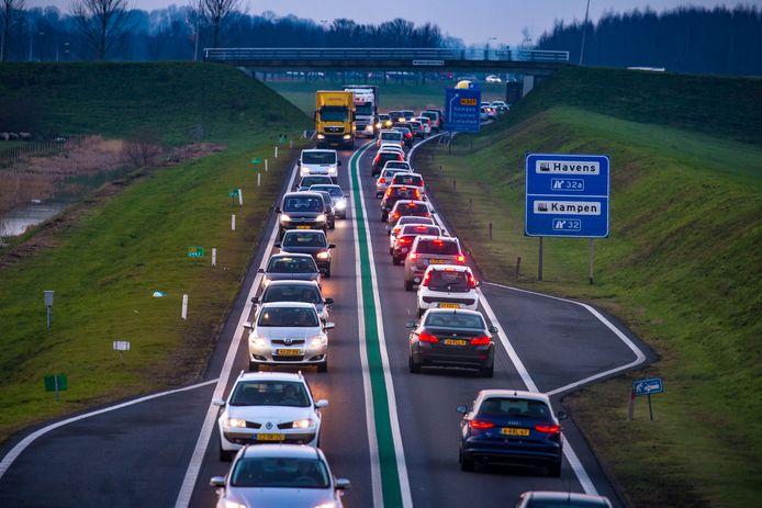 De N50 tussen Kampen en de Ramspolbrug krijgt een nieuwe markering in het midden van de weg.