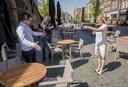 Burgemeester Annemieke Vermeulen neemt een kijkje in de binnenstad van Zutphen samen met binnenstadsmanager Remco Feith (links) Martijn Droog, als eigenaar van de winkel Noten&Zo is hij de belangenbehartiger van Zutphense ondernemers. De burgemeester is lovend over de creativiteit van de Zutphense horecaondernemers.
