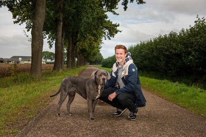 Nick van den Elshout op zijn favoriete plek in de polder in Helkant, met zijn hond Raia.